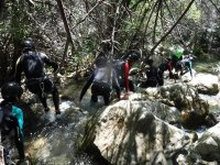 Pasando agachados entre las rocas