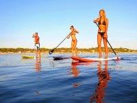 在日落在巴塞罗那桨冲浪