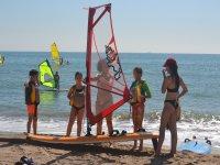 Spiegazioni del windsurf sulla spiaggia