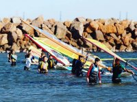Bambini con le vele nell'acqua