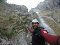 Delante de la cascada con casco blanco