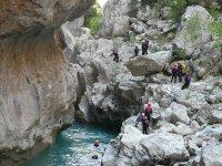 冒险绿松石波萨集团瀑布前攀登岩石跳