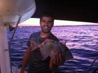 在船上钓鱼
