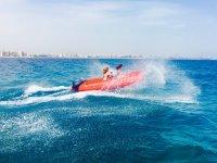 Llevando el bote con pasajera