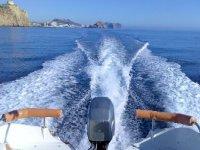 沿着海岸全速航行