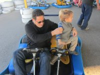 Montando en un karting con el peque