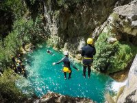Barranquistas saltando al rio