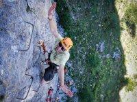 在铁索攀岩登山
