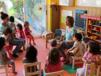 Asamblea en sillas infantiles