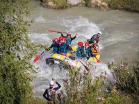 在急流河里跳峡谷
