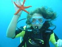 Operatore subacqueo con una stella
