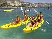 Compartiendo kayaks de color amarillo