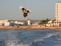 Wakeboard saltando a Ibiza