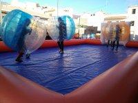 Chutando el balon en una burbuja