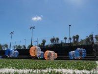 Futbol burbuja en cesped artificial
