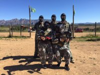 Cinco jugadores de paintball enmascarados