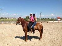 En pareja a caballo