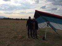 Posando con el piloto de ala delta