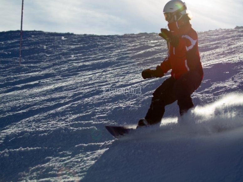Practicando snowboard.
