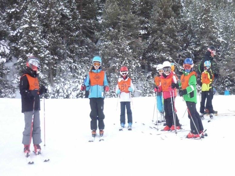 参加滑雪监视器的小组