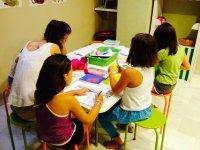 Alumnas en el taller de manualidades