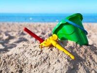 Cubo de arena en la playa