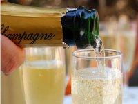 Sirviendo champagne