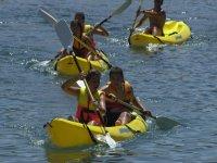 Chicos remando en kayak doble