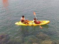 Dando indicaciones en el kayak