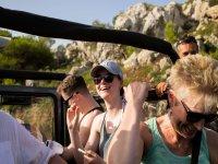 Sonriendo durante el tour en jeep