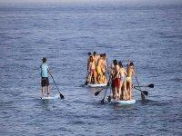 在俱乐部Nautico de Mar的卡布雷拉尝试桨冲浪