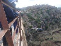 Lanzandose hacia adelante desde el puente