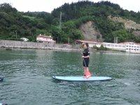 减少桨冲浪桨学组冲浪在Cantabrico