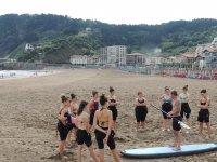在海滩上学习SUP技术冲浪