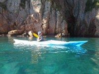 在皮艇皮艇bravamarlogo碧绿的海水