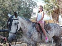 Nina sobre el caballo