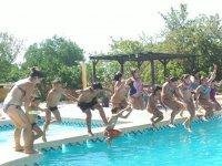 Saltando juntos a la piscina