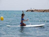 上划桨的Cambrils海岸学技术SUP