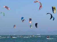 大量的人练习风筝冲浪纯