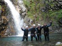 Debajo de la cascada