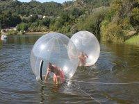水球水球在水中!徒步旅行