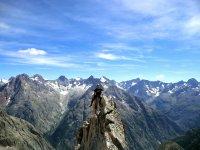 Escalador sentado en la cresta