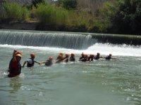 Cogidos de la mano en el rio