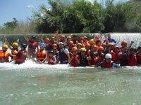 Grupo fuera de las balsas de rafting