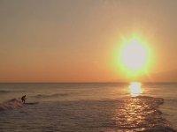 冲浪在夕阳里士