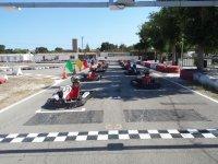 Karts con los cascos de los pilotos