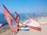 风冲浪课程里士准备的海滩标志的材料
