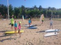 海滩上的冲浪课程