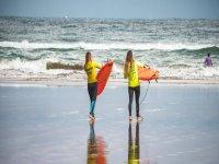 Con tavole da surf sulla spiaggia
