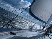 帆船驶向地中海